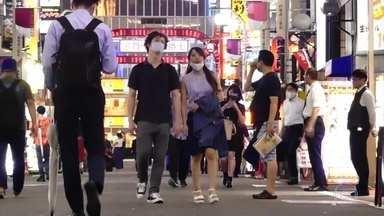 Países asiáticos entram em alerta de novo com o aumento de casos de Covid-19 - Hong Kong se prepara para o que as autoridades já consideram a pior onda de infecções pelo novo coronavírus. Tóquio atingiu uma marca histórica nesta quinta: 367 casos, o maior número num único dia.