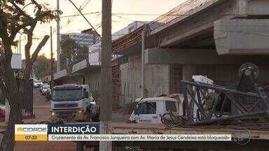Construção de viaduto causa interdição em avenidas de Ribeirão Preto - Bloqueio é no cruzamento das avenidas Doutor Francisco Junqueira e Maria de Jesus Condeixa.