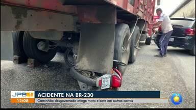 Caminhão desgovernado bate em carros e para após passar por cima de moto em João Pessoa - Veículo bateu em alguns carros e só parou após atropelar um motocicleta, que serviu de freio.