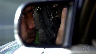 Antenor é fotografado pelos comparsas de Ferdinand - Griselda pede que o filho tenha cuidado com Tereza Cristina