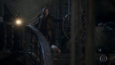 Elvira tem dificuldades para conduzir o navio - Depois de envenenar os piratas, a atriz sonha com sua chegada triunfal ao porto