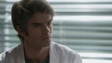 Germano conta a Fabinho que Eliza é sua irmã - O filho do empresário fica chocado com a revelação