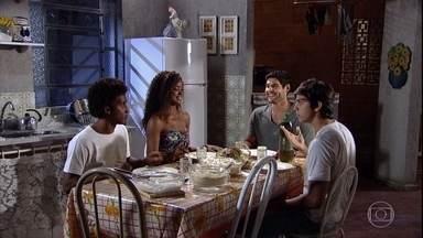 Wallace e Dagmar trocam olhares - Dagmar serve o jantar para o treinador de Leandro