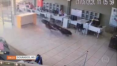 Veículo invade loja em Dourados, MS; assista ao vídeo - O veículo invadiu a loja e atingiu em cheio uma das mesas, onde trabalhava um funcionário. Apesar do susto, ele não sofreu nenhum arranhão.