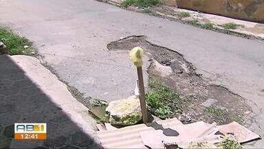 Moradores reclamam de esgoto escorrendo pela rua no bairro Nossa Senhora das Dores - Problema está há mais de 3 meses incomodando os moradores do local.