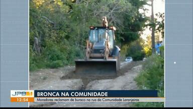 Moradores reclamam de buraco na rua da Comunidade Laranjeiras, em João Pessoa - Problema está sendo resolvido.