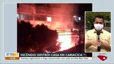Vizinhos registraram o fogo consumindo uma casa em Cariacica, no ES - Assista a seguir.