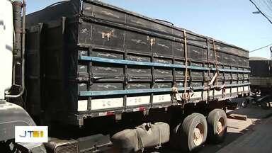 Caminhão carregado com madeira é apreendido em operação da Deca, em Santarém - Veículo com madeira serrada estava sem nota fiscal.