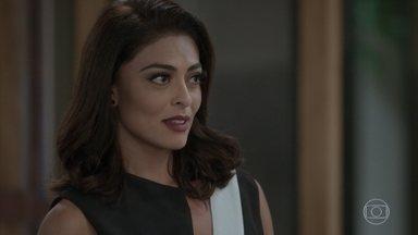 Carolina assume escritório de Arthur - Depois de ver a repercussão da notícia da prisão de Eliza, a jornalista vai direto para a Excalibur. Max se desespera
