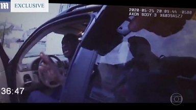 Novo vídeo mostra a abordagem dos policiais a George Floyd nos Estados Unidos - Imagens gravadas pelas câmeras nos uniformes de policiais mostram detalhes da abordagem a George Floyd. A morte dele no fim de maio desencadeou uma onda de protestos nos Estados Unidos.