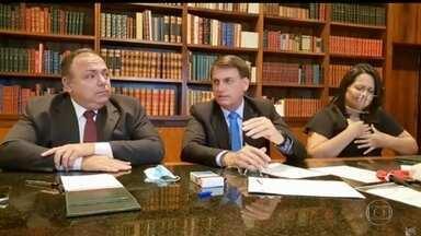 Presidente fala em 'tocar a vida' ao comentar que o país vai atingir 100 mil mortos - Declaração foi dada em transmissão ao lado do ministro interino da Saúde, Eduardo Pazuello.
