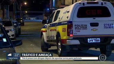 Trio é preso com drogas depois de apontar arma para policiais - Caso aconteceu no bairro Morro Alto, em Vespasiano.
