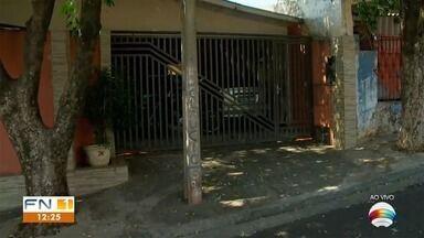 David de Tarso mostra poste em frente a uma garagem - Moradores de várias cidades mandaram reclamações para o FN1.