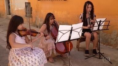 Dia dos Pais: alunas da Orquestra Sinfônica Juvenil carioca preparam concerto especial - Quatro meninas e uma paixão em comum: a música. Nesse Dia dos Pais, elas deram um presente emocionante para os pais - um concerto particular e especial.