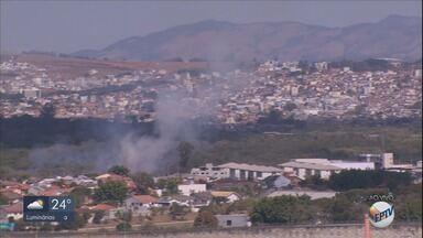 Foco de incêndio atinge área próximo a residências em Pouso Alegre (MG) - Foco de incêndio atinge área próximo a residências em Pouso Alegre (MG)