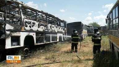 3 ônibus ficam destruídos após incêndio em terreno no bairro do Canaã em Maceió - Carolina Sanches tem mais informações.