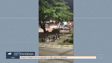Jovens se aglomeram sem máscaras no Embaré, em Santos - Imagens foram registradas neste fim de semana.