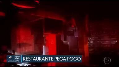 Incêndio destrói parte de restaurante em Taguatinga - Segundo os bombeiros, o fogo começou na coifa de exaustão da churrasqueira, na cozinha do restaurante. Ninguém ficou ferido.