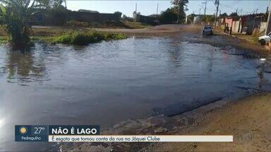 Moradores de Ribeirão Preto reclamam de esgoto em rua do Jóquei Clube - Daerp disse que problema será resolvido com a instalação de uma vala.