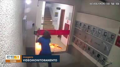Câmeras do prédio flagraram a mulher em chamas pedindo ajuda no ES - Assista a seguir.