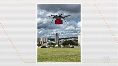 Decisão da Anac pode possibilitar entregas por drones no Brasil - Equipamentos precisam cumprir algumas regras como ser dirigidos por um piloto, circular só durante o dia e ter autorização dos prédios por onde vai circular.