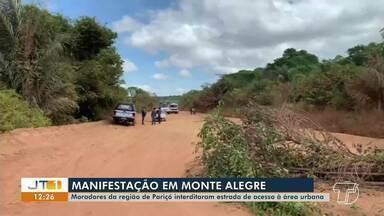 Moradores da região de Pariço, em Monte Alegre, continuam interdição de via de acesso - Estrada que dá acesso à área urbana da cidade está bloqueada com galhos e pedaços de madeira. Eles cobram pavimentação asfáltica.