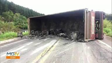 Carreta de sucata tomba na BR-381, no trecho de Nova Era - O tráfego na rodovia ficou interditado nos dois sentidos.