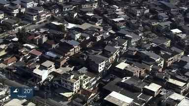 """Bandidos que controlam favelas no subúrbio do Rio expulsam moradores e revendem casas - Os traficantes tentam criar uma espécie de """"fortaleza do crime""""."""