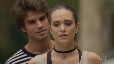 Fabinho está afim de Cassandra, mas ela o dispensa - A menina é grossa com o herdeiro e ele desiste de conversar com ela