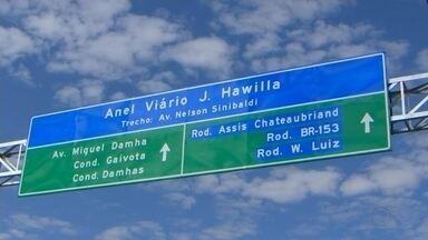 Pedra fundamental do Anel Viário J. Hawilla é inaugurada em Rio Preto - Foi inaugurada nesta quarta-feira (12) a pedra fundamental do Anel Viário que vai circundar a cidade toda, permitindo que os moradores cheguem a praticamente qualquer bairro sem passar pela área central. O Anel Viário recebeu o nome de um rio-pretense que fez história entre os maiores empresários do país, o jornalista J. Hawilla.