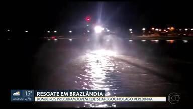 Bombeiros procuram jovem que se afogou no Lago Veredinha, em Brazlândia - Dois adolescentes se afogaram no Lago Veredinha em Brazlândia ontem (12) à noite. Segundo testemunhas, dois adolescentes queriam atravessar o lago nadando. Um deles conseguiu gritar por socorro. O corpo de bombeiros foi acionado e resgatou com vida um rapaz de 17 anos. O outro jovem, que tem 17 anos, ainda não foi encontrado.