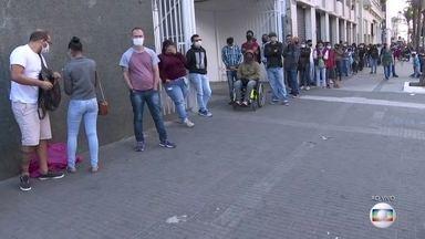 Terceiro dia seguido de fila e tumulto para tirar a carteira de identidade em São Paulo - Moradores enfrentaram aglomeração. Equipe de reportagem flagrou a venda de lugares na fila por até R$ 30. A procura maior é para emissão da segunda via do RG.