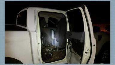 Duas caminhonetes preparadas para contrabando são apreendidas em Cruzeiro do Oeste - Rádios comunicadores também foram apreendidos.