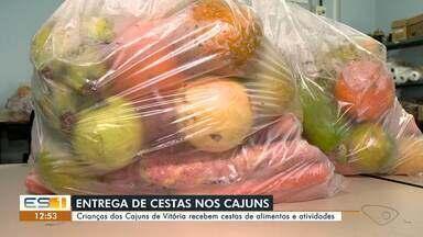 Crianças dos Cajuns de Vitória recebem cestas de alimentos e atividades - Assista a seguir.