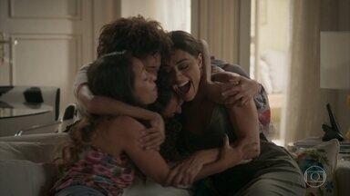 Carolina decide voltar para o Bairro de Fátima - Dorinha e os filhos convencem jornalista a ir morar com eles