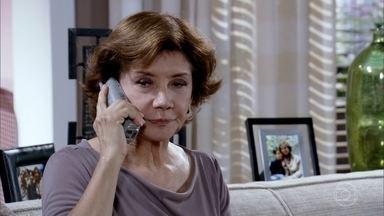 Celina é chamada para reunião - A diretora do colégio pede para conversar com a avó sobre o caso de Danielle