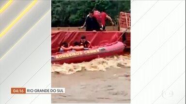 Quase R$ 1 milhão é apreendido no fundo falso de carro de luxo em Pindamonhangaba, SP - A apreensão foi no km 103 da BR-116. O dinheiro estava sendo transportado do Rio de Janeiro para São Paulo.