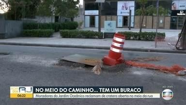 Moradores reclamam de buraco no meio da pista, na Barra - Um cone foi colocado no locão pra sinalizar o problema no Jardim Oceânico.