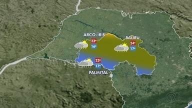 Bauru registra chuva após quase 40 dias de estiagem - A cidade de Bauru (SP) registrou chuva na madrugada desta segunda-feira (17) depois de 38 dias de estiagem. Nos próximos dias, os moradores devem se preparar para temperaturas mais baixas e temporais em vários momentos do dia.
