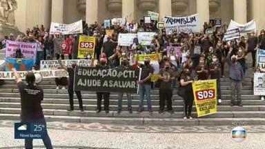 Professores e funcionários de escolas particulares fazem protesto na Alerj - O ato é a favor da educação e da volta às aulas.