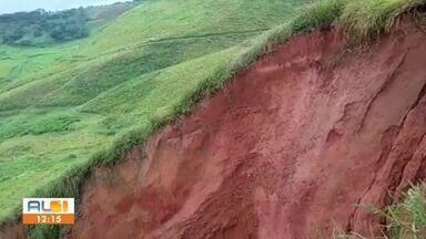 Chuvas fortes causam deslizamento em encosta na BR-316 em Atalaia, AL - Bueiro no local ficou comprometido e causou erosão no solo e deslizamento de terra.