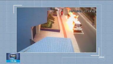 Mulher coloca fogo no carro do ex-namorado em SC - Mulher coloca fogo no carro do ex-namorado em SC
