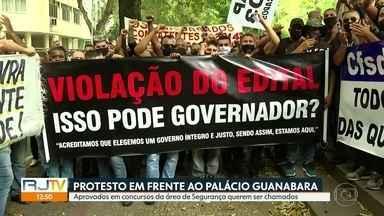 Candidatos aprovados em concursos fazem protesto em frente ao Palácio Guanabara - Aprovados em concursos fazem protesto na porta do Palácio Guanabara, em Laranjeiras.