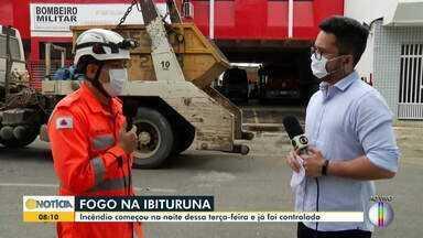 Corpo de Bombeiros realiza rescaldo de área atingida por incêndio no Pico da Ibituruna - Ação é necessária para evitar reignição do fogo.