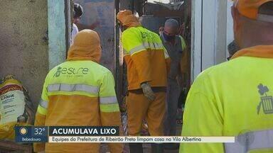Equipes de Prefeitura de Ribeirão Preto, SP limpam casa de acumuladora - No local, 30 cães estavam abandonados. Moradora está internada desde sexta-feira (14), segundo vizinhos