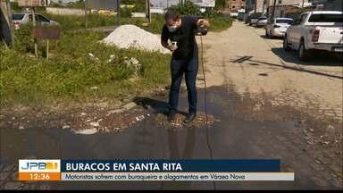 Motoristas sofrem com buracos e alagamentos em rua de Santa Rita, na PB - Bairro de Várzea Nova tem ruas esburacadas, que acumulam água quando chove.