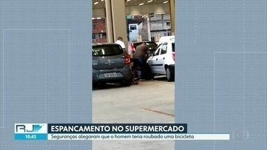 Seguranças de supermercado são flagrados agredindo jovem - Os clientes do supermercado flagraram a agressão. Os seguranças alegaram que o jovem estava armado e tentava roubar, mas não há registro na polícia.