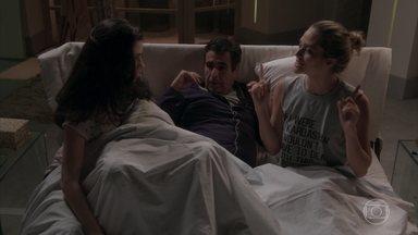 Hugo não consegue dormir no antigo quarto de Carol - Cassandra e Débora expulsam o pai do quarto