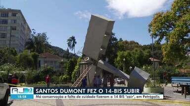 Monumento do 14 Bis é derrubado pelo vento em Petrópolis, no RJ - Réplica do avião do pai da aviação Santos Dumont estava presa ao pedestal com uma madeira amarrada com um arame.