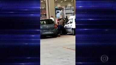 Agentes de segurança no Rio imobilizam e espancam rapaz no estacionamento de supermercado - As agressões fora registradas por clientes na unidade do supermercado Assai, em Jacarepaguá, na Zona Oeste do Rio de Janeiro.